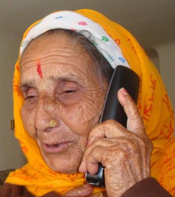 सन् १९९०, मा देश निकाला परेकी ६८ वर्षीया धनमाया आफ्नो जन्मभूमी भुटानका बारेमा आफ्नी छोरीसँग फोन वार्ता गर्दै ।